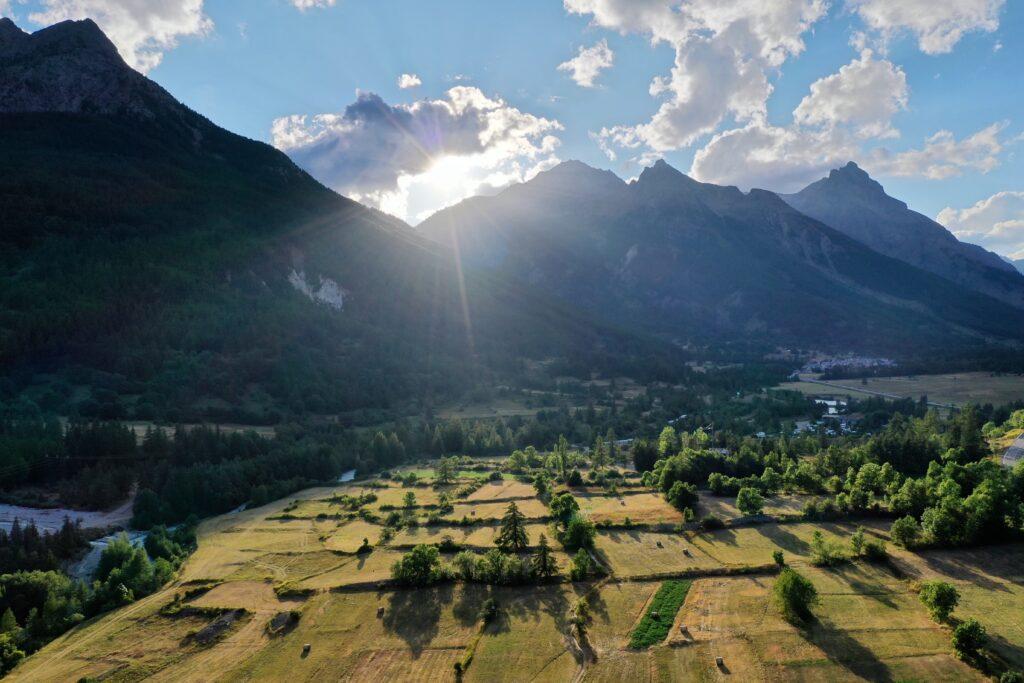 champs montagnes coucher soleil